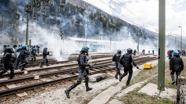 Austria to move tanks and troops to the border to stop migrants from Italy