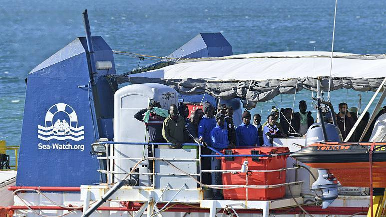 Rescue ship carrying 455 migrants docks in Sicily